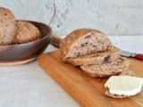 Chocolate and walnut whole-wheat dinner rolls / panini integrali al cioccolato e noci