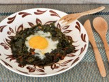 Eggs nested in leafy green vegetables / uova in nidi di verdura
