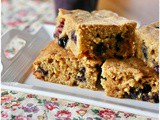 Blondies integrali ai mirtilli e gocce di cioccolato bianco – Whole wheat blueberries and white chocolate chips blondies