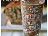 Cake alla banana e gocce di cioccolato con frullato di banana e carrube – Banana and chocolate chip loaf with banana carob smoothie