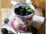 Cheesecake in vasetto alle more, cioccolato bianco e melissa – Blackberry and white chocolate cheesecake in a jar with lemon balm syrup