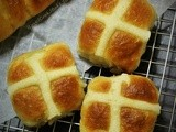 Hot Cross Buns With Chocolate Filling (No Knead Dough)