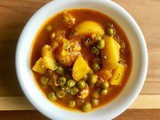 Aloo Matar (Potato & Green Peas in Tomato Gravy)