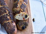Baguette de pain aux tomates, bacon et olives au pesto