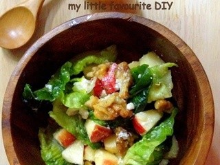 Chopped apple salad with Toasted Walnuts, Blue Cheese and Pomegranate vinaigrette (苹果核桃沙拉配石榴油醋