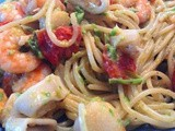 Spaghetti allo scoglio in crema d'asparagi e pachini (Seafood spaghetti with asparagus cream and cherry tomatoes)