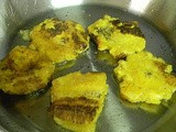 Tostones con mojito de ajo (twice-fried plantains with garlic sauce)