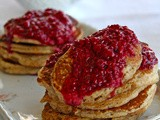 Pear pancakes with raspberry sauce – Pan cakes αχλαδιού με σάλτσα βατόμουρου